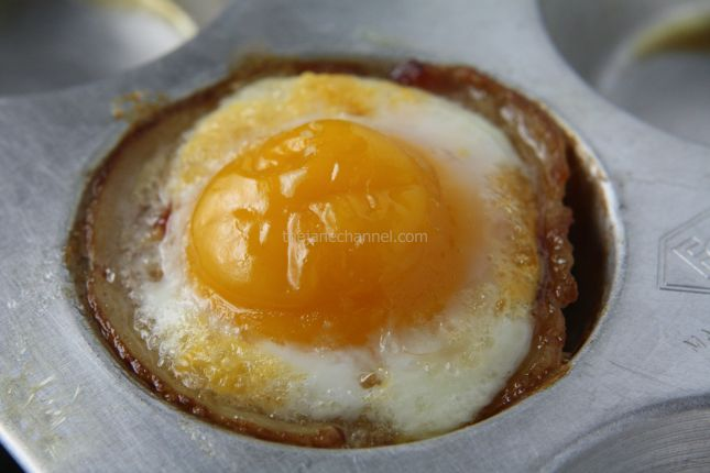 how to make bacon and eggs in a muffin pan
